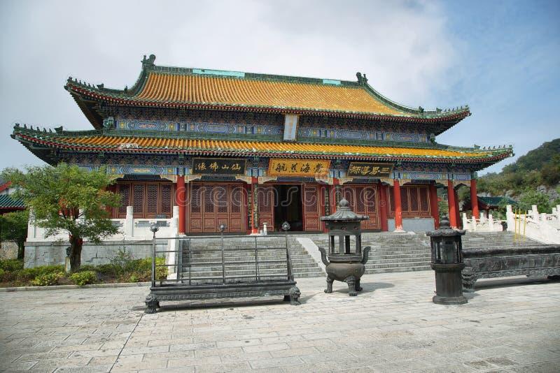 Eingang des buddhistischen Tempels im Tianmen-Gebirgsnationalpark lizenzfreie stockbilder