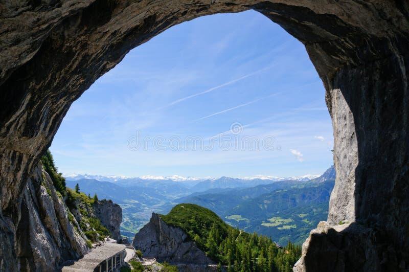 Eingang des Eisriesenwelt (Eishöhle) in Werfen, Österreich stockfotos