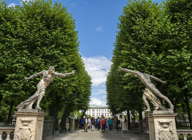 Eingang des Mirabell-Palastes arbeitet in Salzburg im Garten lizenzfreies stockbild