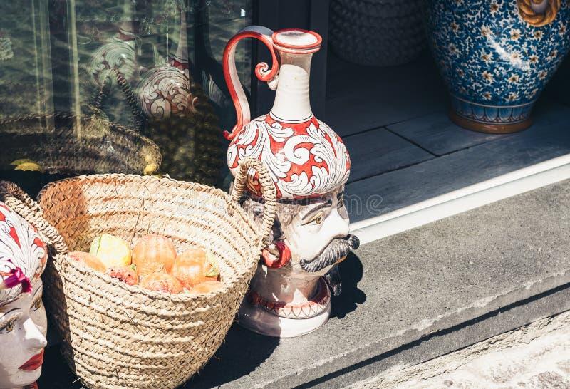 Eingang des Souvenirladens in Taormina, Sizilien, Italien mit dekorativer keramischer Statuette lizenzfreie stockfotografie
