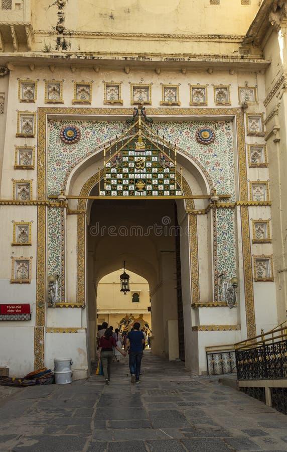 Eingang des Stadt-Palastes, Udaipur, Rajasthan, Indien stockbilder