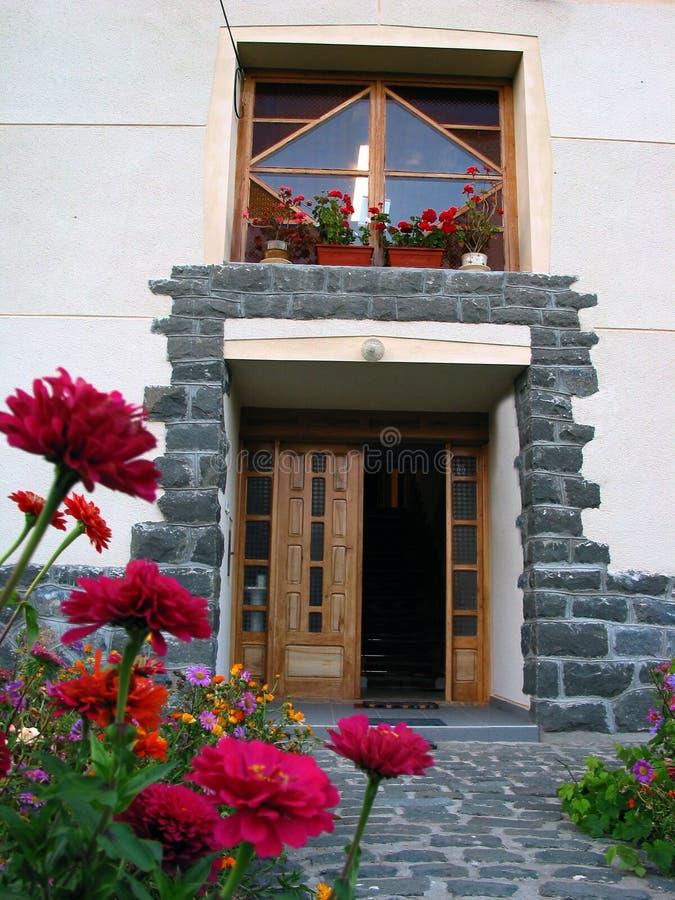 Eingang in einem rustikalen Landhaus lizenzfreie stockfotos