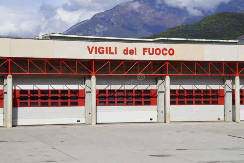 Eingang einer italienischen Feuer- und Rettungstankstelle lizenzfreies stockbild