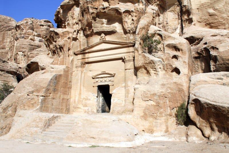 Eingang im Höhlentempel in wenig PETRA, Siq-Al-Barid, Jordanien stockfotos