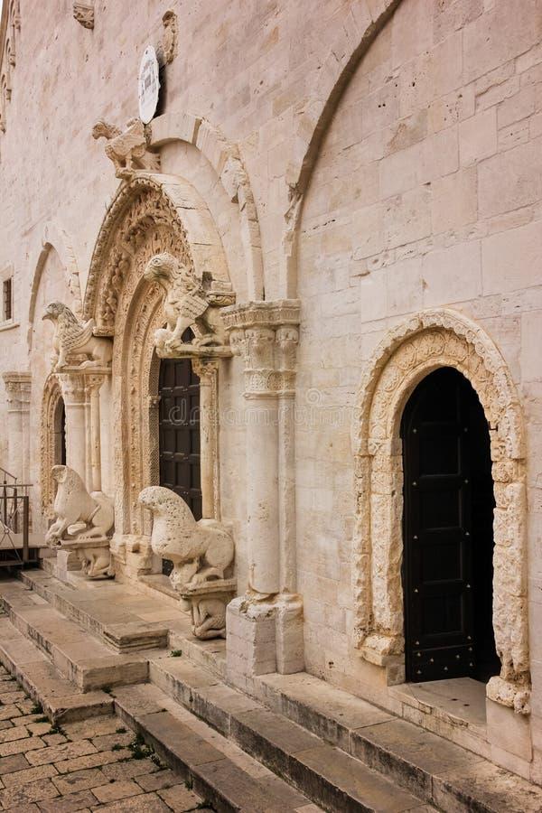 eingang Kathedrale Ruvo-Di Puglia Apulien Italien lizenzfreie stockfotografie