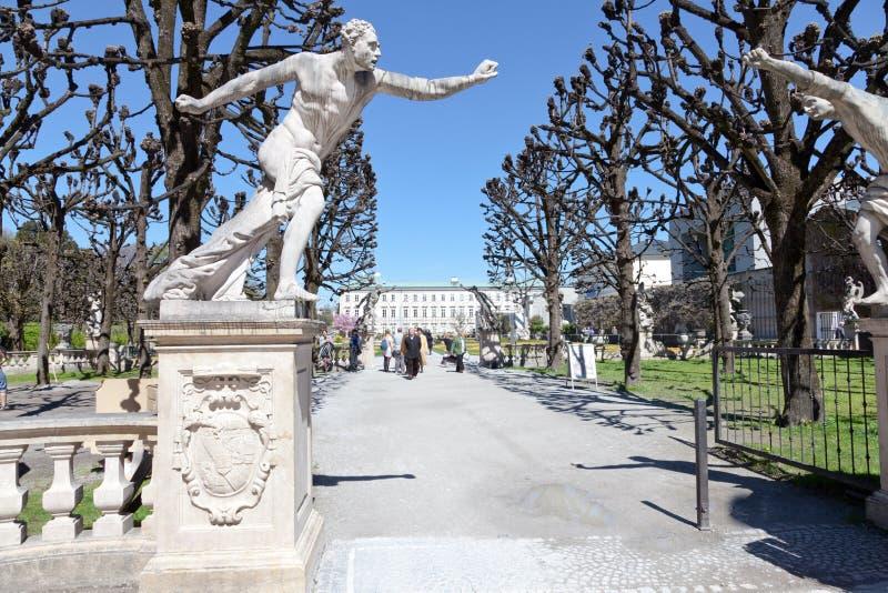 Eingang mit Skulpturen im Garten von Mirabell-Palast, Salzburg, Österreich stockbild