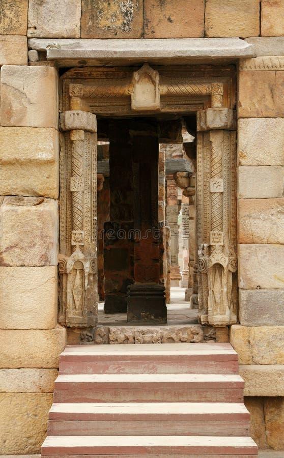Eingang mit verwickeltem Design im Komplex von Qutub Minar lizenzfreie stockfotos