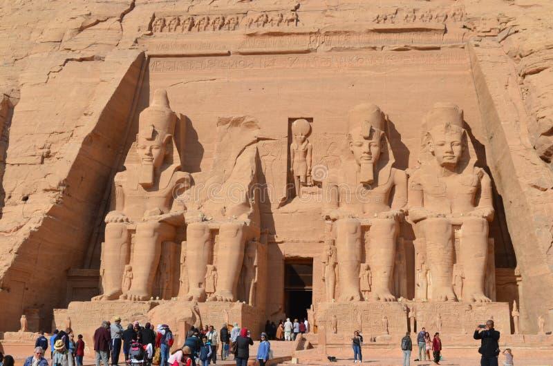 Eingang und Statuen von Abu Simbel Temple, altes Ägypten lizenzfreies stockbild
