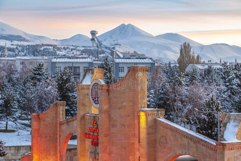 Eingang von Ataturk-Universität und Skispringer in Erzurum, die Türkei lizenzfreies stockfoto