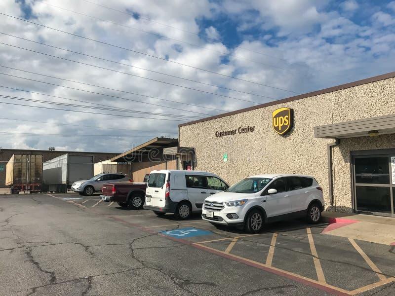 Eingang von UPS-Kunden-Mitten in Dallas, Texas, Amerika lizenzfreie stockfotografie