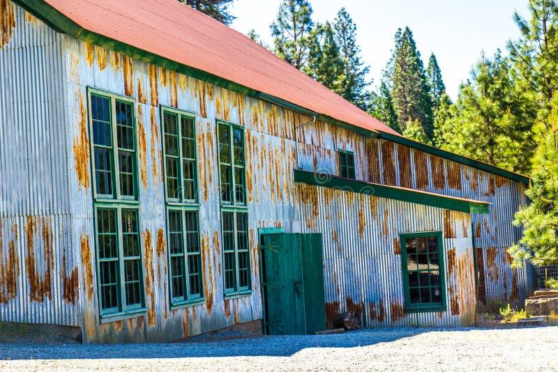 Eingang zu alten Rusty Tin Building Once Used In-Bergwerksbetrieben lizenzfreies stockbild