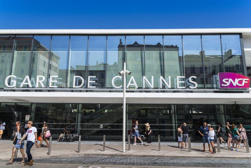 Eingang zu Cannes-Bahnstation, die der Hauptbahnhof in Taubenschlag d ` Azur, Frankreich ist lizenzfreie stockbilder