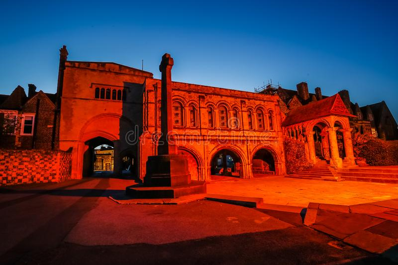 Eingang zu Canterbury-Kathedrale bis zum Nacht, Canterbury, Kent, Großbritannien lizenzfreie stockfotografie