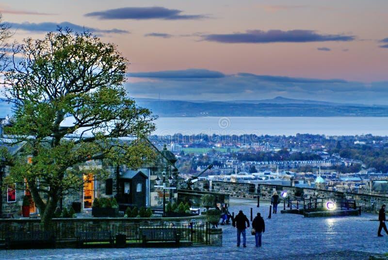 Eingang zu Edinburgh-Schloss an der Dämmerung lizenzfreies stockfoto