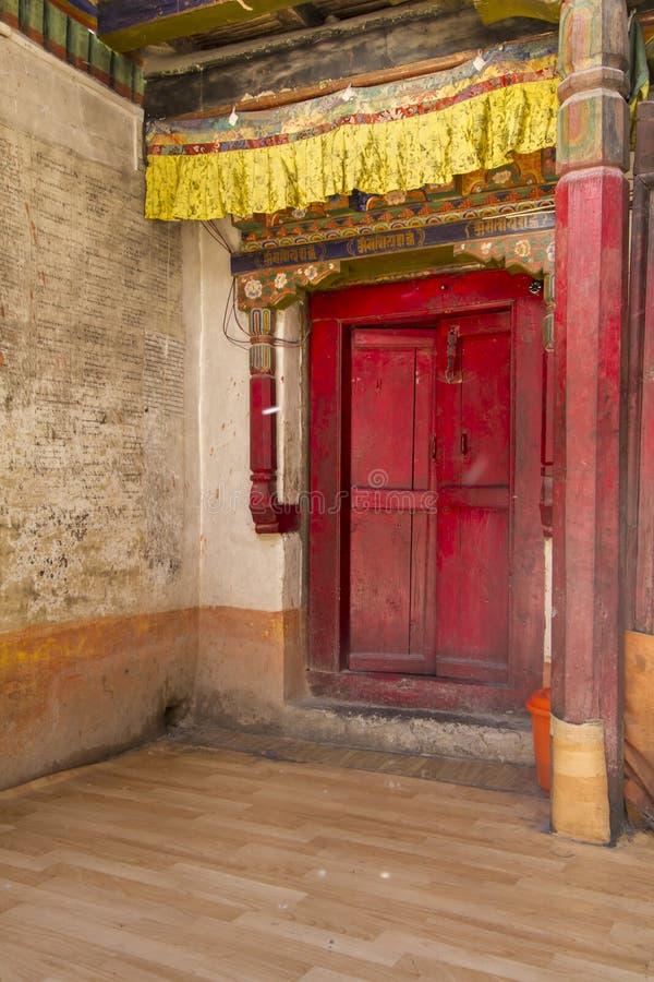Eingang zu einem buddhistischen Kloster in Ladakh, Indien stockfotos