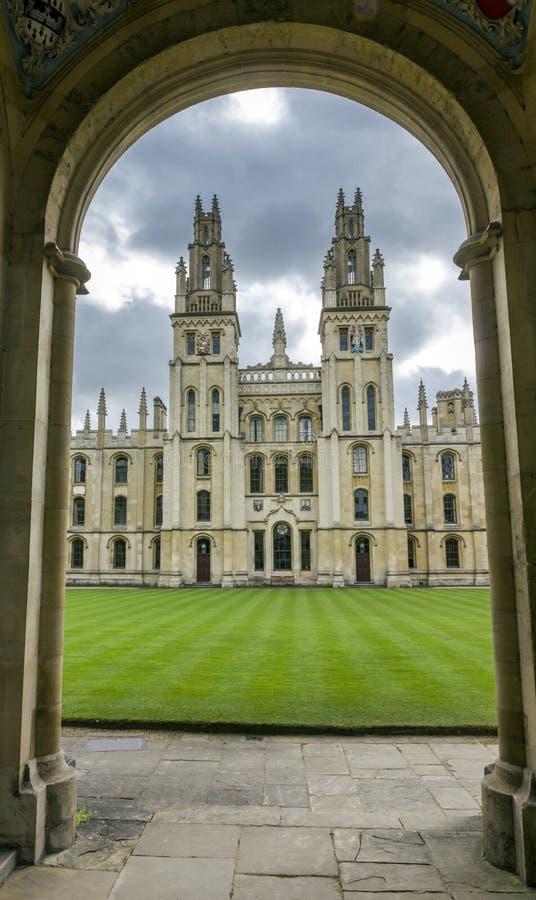 Eingang zu einem College in Oxford, England lizenzfreie stockbilder