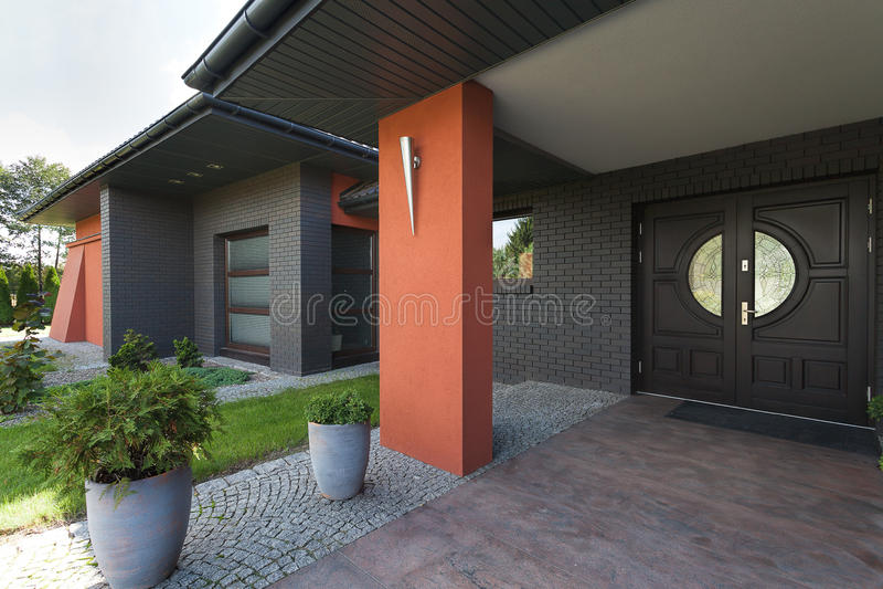Eingang zu einem enormen Haus lizenzfreies stockbild