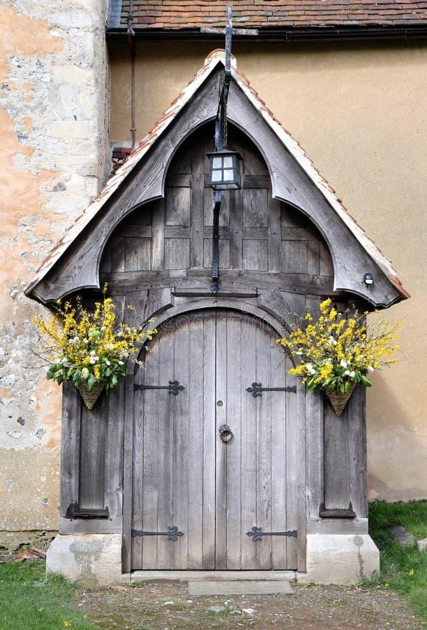 Eingang zu einer mittelalterlichen Kirche und zu einem Friedhof lizenzfreie stockfotografie