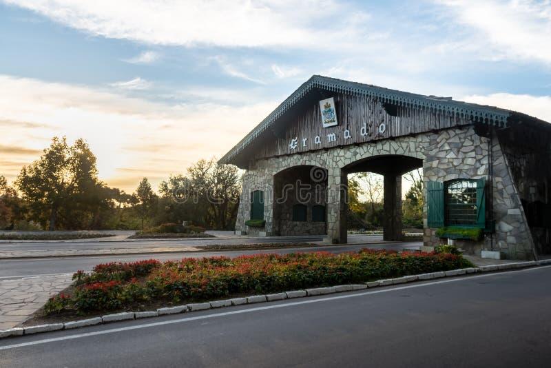 Eingang zu Gramado-Stadt u. zu x28; Portico& x29; - Gramado, Rio Grande do Sul, Brasilien lizenzfreies stockfoto