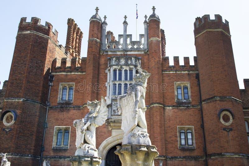 Eingang zu Hampton Court Palace, der ursprünglich für hauptsächlichen Thomas Wolsey 1515 errichtet wurde, später lizenzfreies stockbild