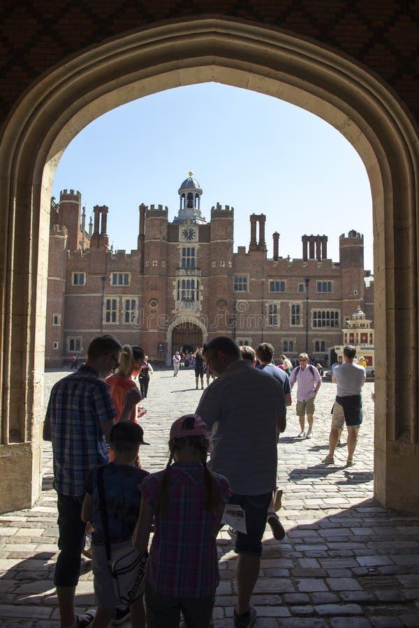 Eingang zu Hampton Court Palace, der ursprünglich für hauptsächlichen Thomas Wolsey 1515 errichtet wurde, später lizenzfreies stockfoto