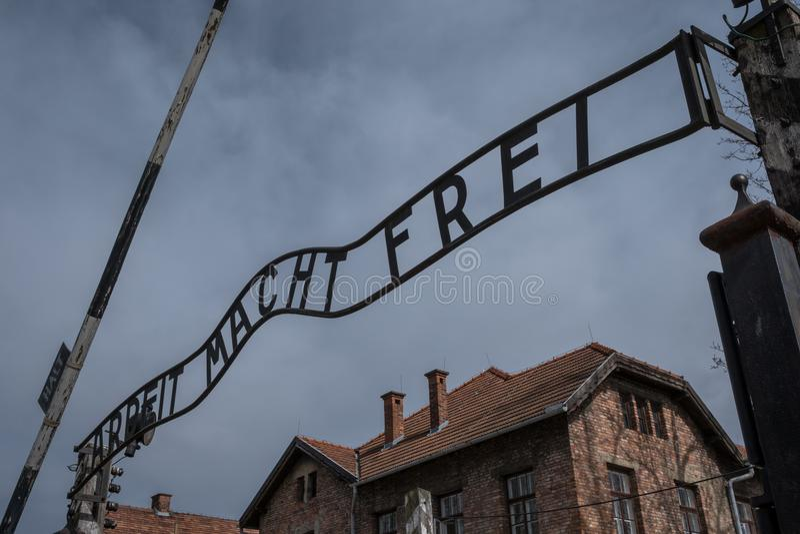 Eingang zu Nazi Concentration Camp in Auschwitz 1, der das Zeichen Arbeit Macht Frei sagend zeigt stockbild