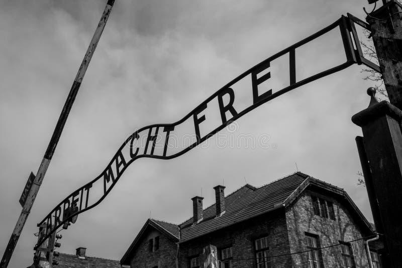 Eingang zu Nazi Concentration Camp in Auschwitz 1, der das Zeichen Arbeit Macht Frei sagend zeigt stockbilder