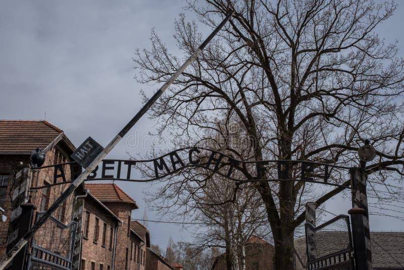 Eingang zu Nazi Concentration Camp in Auschwitz 1, der das Zeichen Arbeit Macht Frei sagend zeigt stockfotos