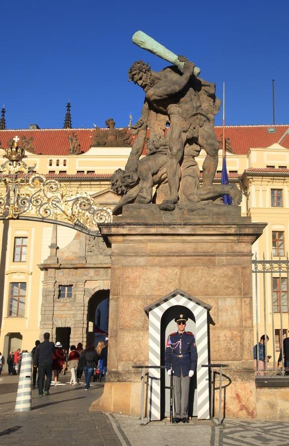 Eingang zu Prag-Schloss, das durch das Schloss geschützt wird, schützt, Prag lizenzfreies stockbild
