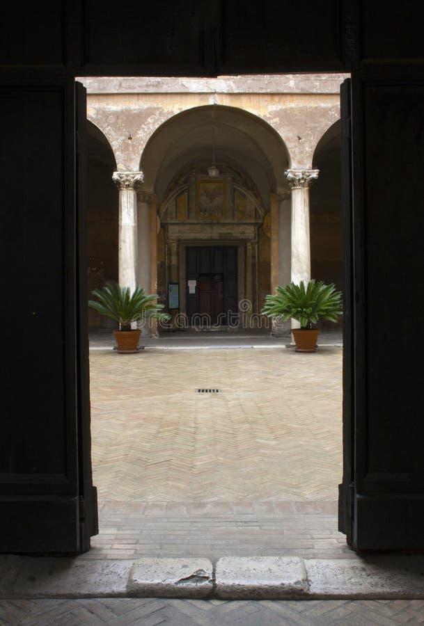 Eingang zu San Clemente Basilica in Rom, Lazio, Italien stockbilder