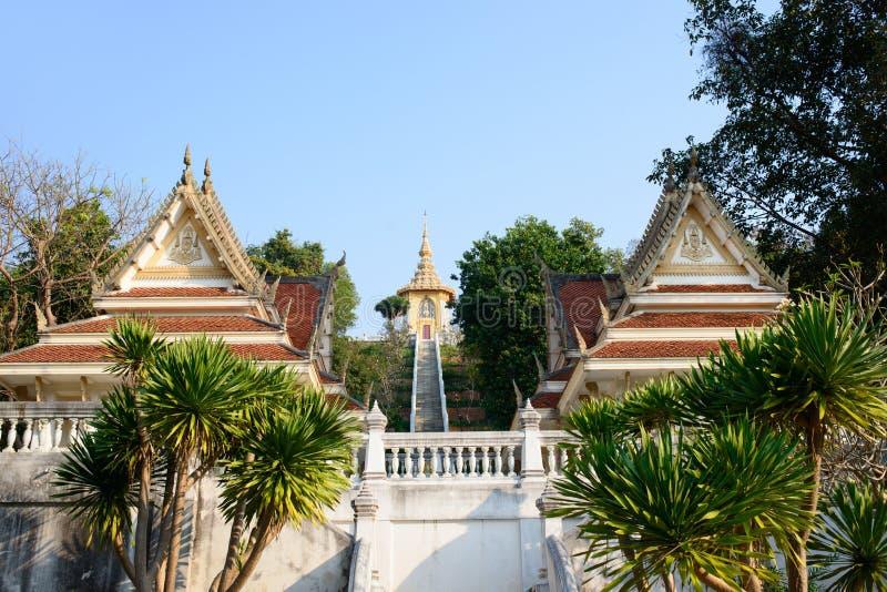 Eingang zu Tempel Phra Maha Mondop Phutthabat auf dem Hügel von Wat Yansangwararam Temple stockfotos