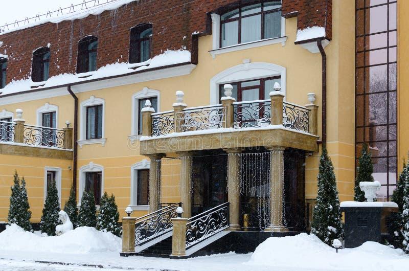 Eingang zum Auslese Park-Hotel Zamkovyj, Winteransicht, Gomel, Belar stockfotos