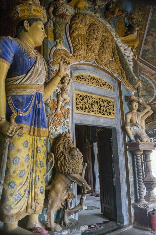 Eingang zum buddhistischen Tempel verziert mit alten Statuen lizenzfreies stockbild