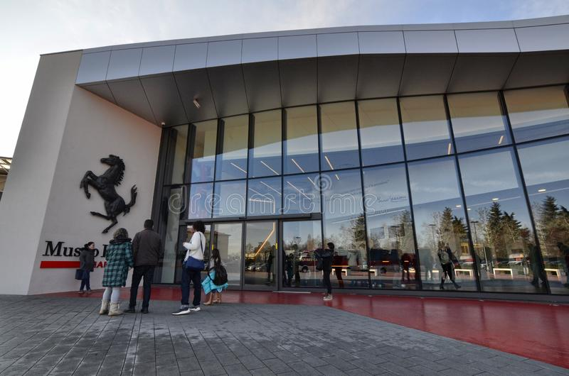 Eingang zum Ferrari-Museum, das schwarze tänzelnde Pferd verlässt keinen Zweifel: wir sind im Haus von Maschinen lizenzfreie stockbilder