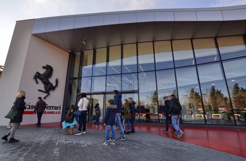 Eingang zum Ferrari-Museum, das schwarze tänzelnde Pferd verlässt keinen Zweifel: wir sind im Haus von Maschinen lizenzfreie stockfotografie