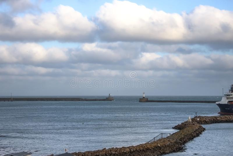 Eingang zum Hafen Peterhead, Schottland lizenzfreie stockbilder