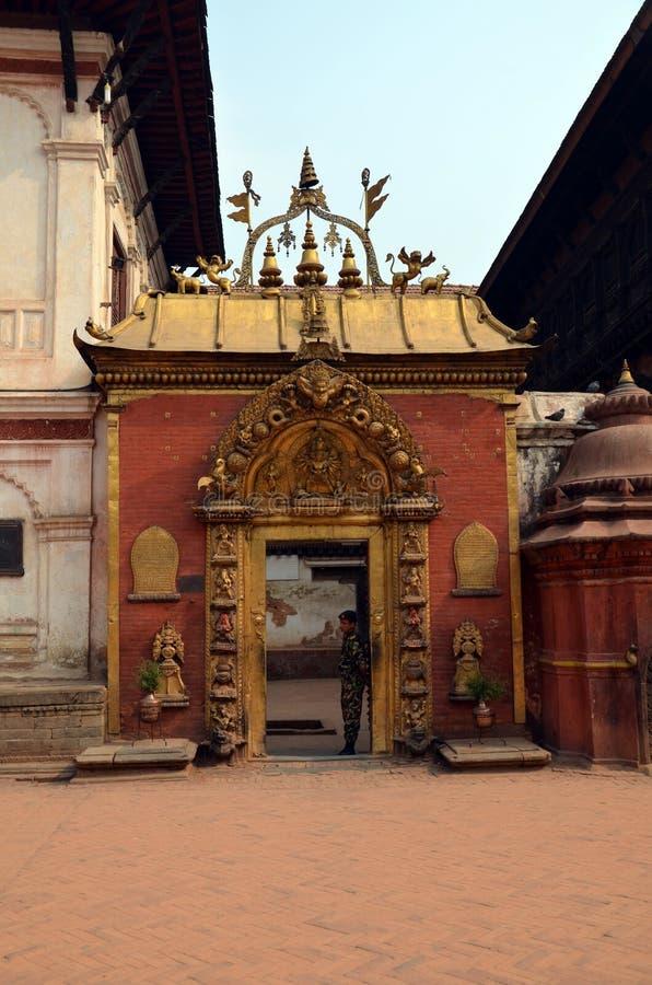 Eingang zum hindischen Tempel stockbilder