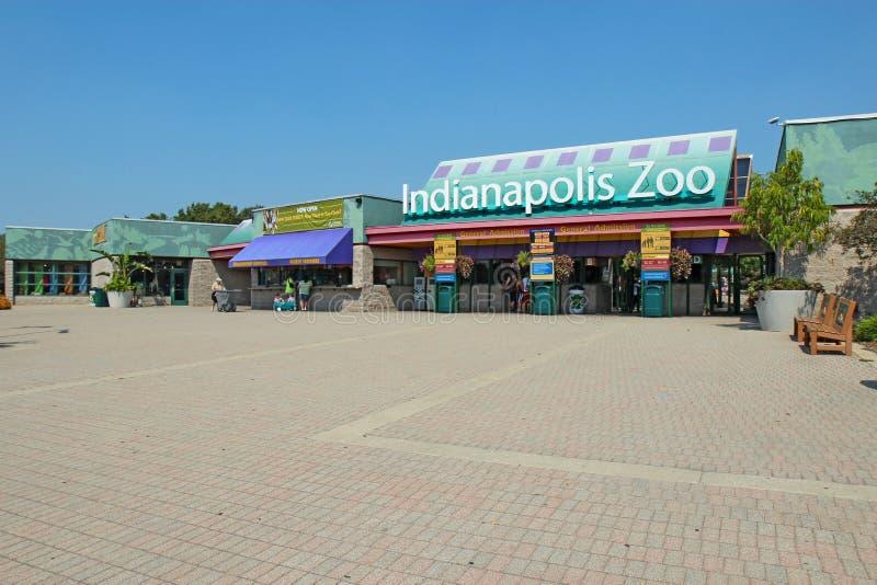 Eingang zum Indianapolis-Zoo gegen einen hellen blauen Himmel lizenzfreies stockbild