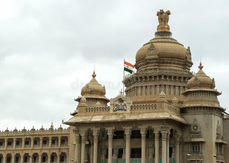 Eingang zum Karnataka-Parlamentsgebäude in Bengaluru. lizenzfreies stockbild