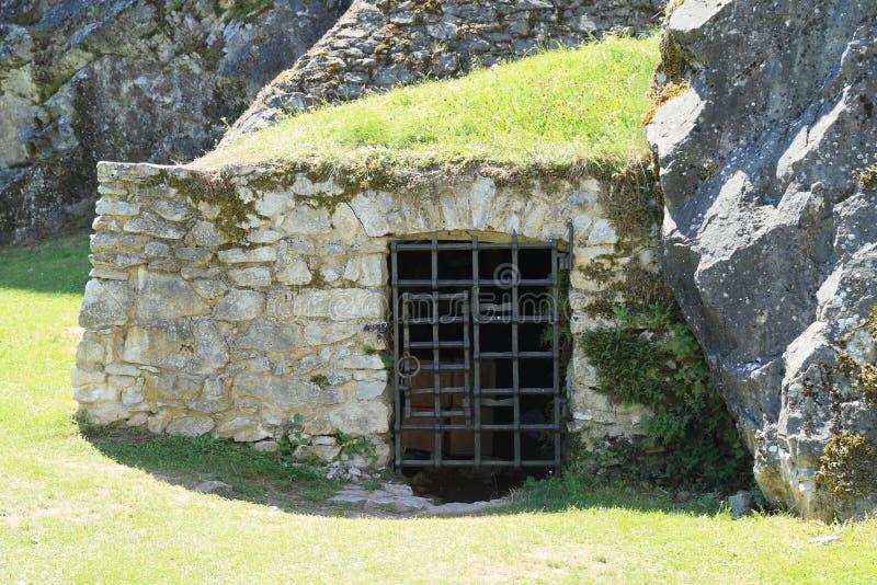 Eingang zum Keller oder Gefängnis auf Schloss Rabi stockfotografie