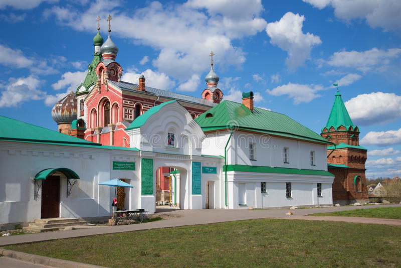 Am Eingang zum Staraya Ladoga Nicholas Monastery an einem sonnigen Maifeiertag, Russland lizenzfreie stockfotografie