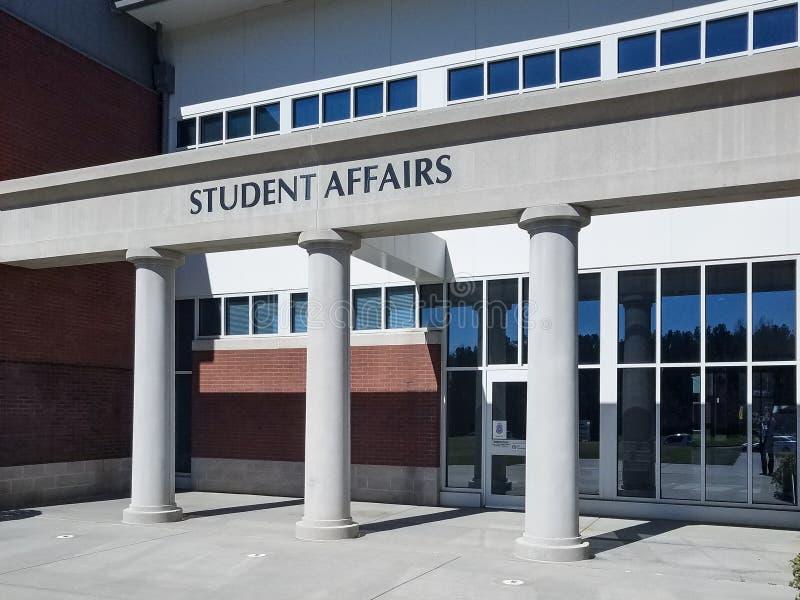 Eingang zum Studenten Affiars Office auf einem College Capus-Gebäude stockbilder