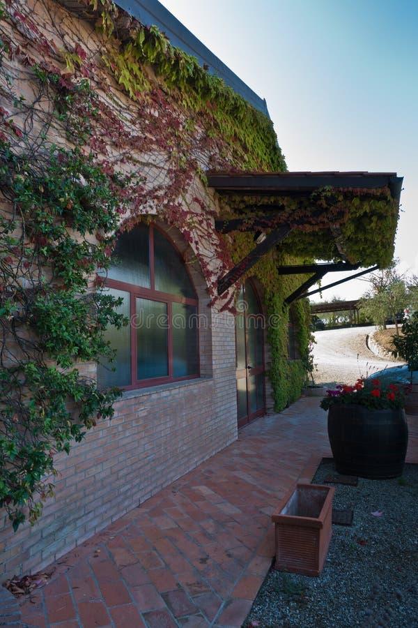Eingang zum Weinkeller an einem Bauernhof in Toskana, nahe San Gimignano lizenzfreies stockbild