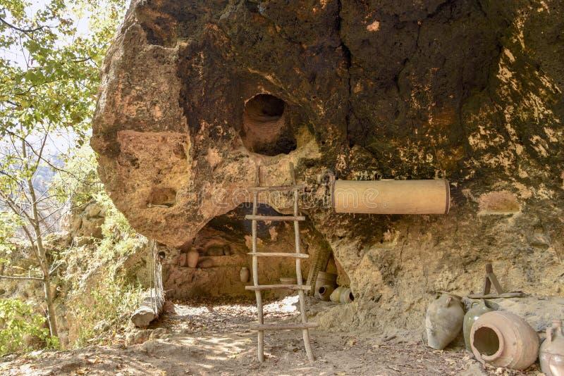 Eingang zur Höhle in der Treppe des Gebirgskleinen Hauses sonnen mysteriöse Elfenmärchenmagie lizenzfreie stockfotos