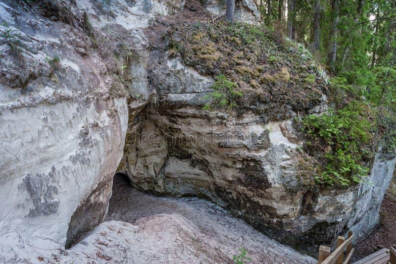 Eingang zur H?hle Touristische Spur nahe Sandsteinklippen lizenzfreie stockfotos
