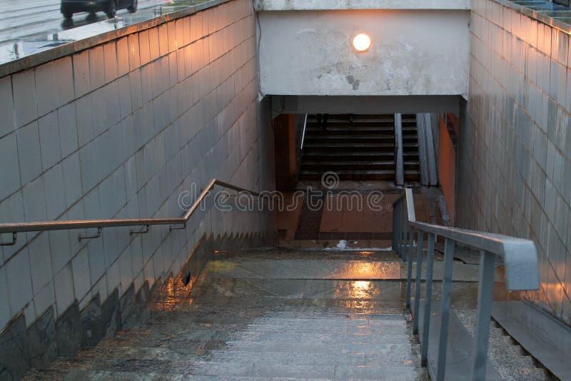Eingang zur U-Bahn an einem regnerischen Tag, Moskau stockfoto