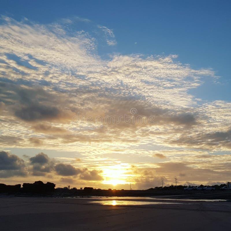 Eingangs-Punkt in Broome WA Es war nett, irgendeine Wolke für einmal zu haben glaubt ihr oder nicht stockbild