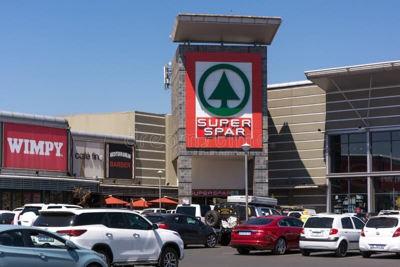 Eingangs- und Parkplatz Superspar an der Lebensstil-Überfahrt lizenzfreie stockfotos