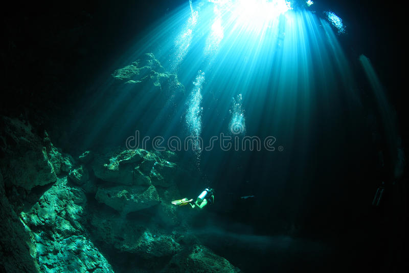 Eingangsbereich von cenote Unterwasserhöhle lizenzfreie stockfotografie