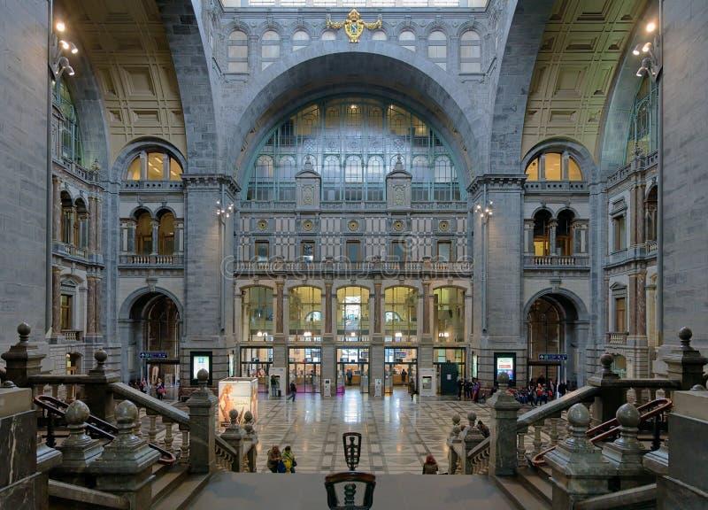 Eingangshalle der Antwerpen-Zentralbahnstation stockfoto